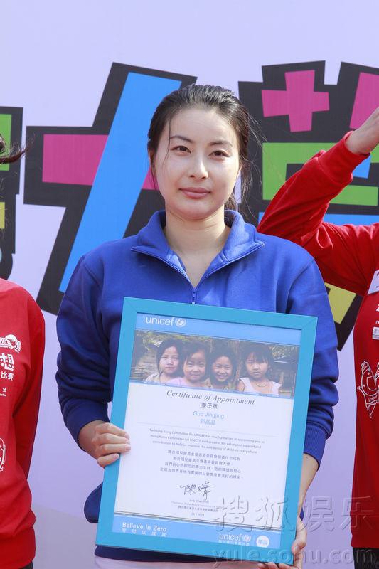 [2014年1月25日香港讯]中国跳水皇后郭晶晶今日淡妆出席慈善活动,获委任为联合国儿童基金香港委员会大使,支持中国贫困及偏远地区推行的母婴健康工作。   与霍启刚育有一子的郭晶晶表示自身感受到产前产后的检查对母婴健康的重要性。她指儿子还有几天就五个月大,不时会翻身、坐立等等,每天都有新惊喜。虽然霍启刚经常都要外出工作,但晶晶透露会与启刚视像通话,而启刚回家亦会急急洗手去抱儿子。临近春节,晶晶表示有教儿子学恭喜发财的手势,但毕竟他年纪太小,还未学会。   早前晶晶旧爱田亮与女儿参加内地节目《爸爸去哪儿