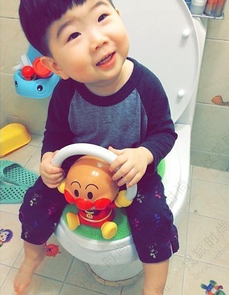 这位韩国小正太汇集了圆脸,小眼,单眼皮等特征的小宝宝天生喜感,萌翻