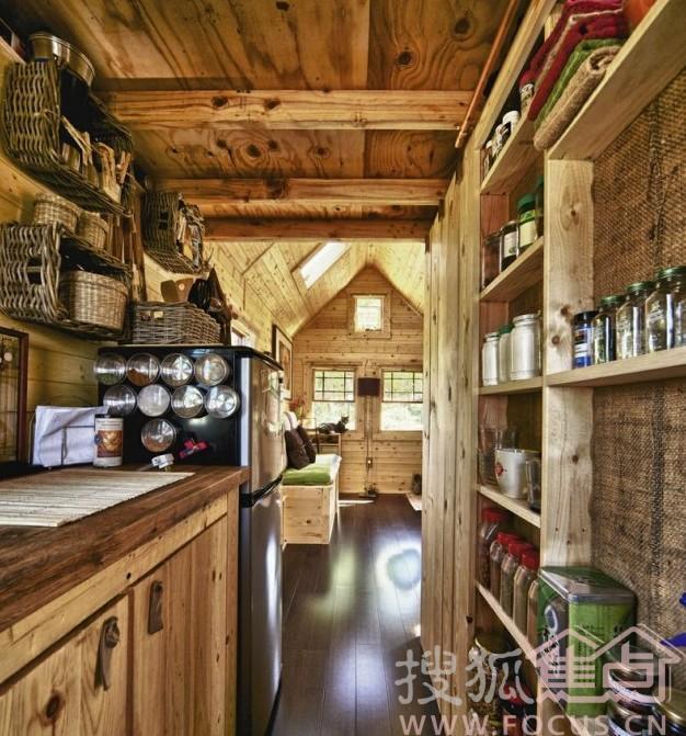 美国一对年轻夫妇自建迷你小木屋