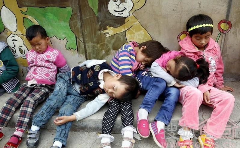 幼儿园教室潮湿 孩子户外靠墙睡