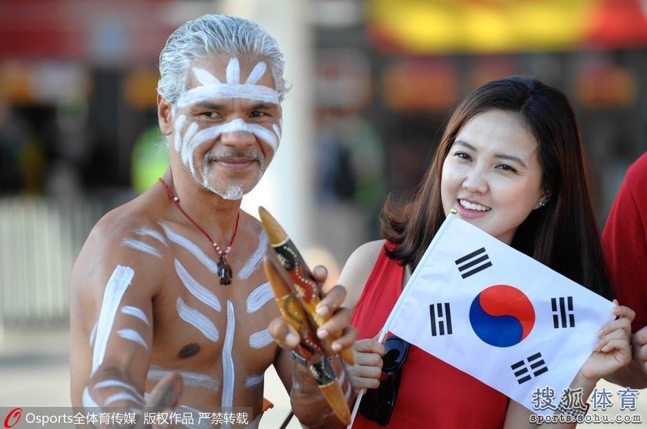 高清图:韩国澳洲球迷斗法 土著家庭与美女合影