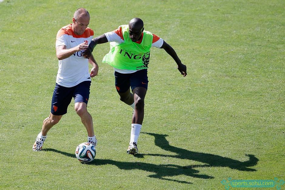 荷兰队内讧_高清图:荷兰队训练罗本被铲飞 起身后怒踹队友