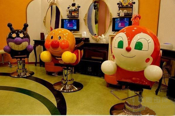 位于日本东北秋田仙台的面包博物馆,展示着各式各样的可爱面包,表情搞怪,眼球和味蕾都被调动起来。《面包超人》是上世纪80年代日本一部漫画改编的动画片,主人公面包超人是一位圆脸的男人,专为正在挨饿的小孩们送面包。这个3层的博物馆占大约 6800平方米。进入博物馆,伸开双手、巨大的面包超人迎接着每一位到访的观众。在馆内,目光所及之处,全是各式各样的面包超人,甚至连电梯、垃圾桶以及洗手间内外都充斥着卡通画面。   看完各式各样面包超人模型后,还有一个小朋友必去的果酱叔叔的面包工厂,这里能品尝到面包超人、咖