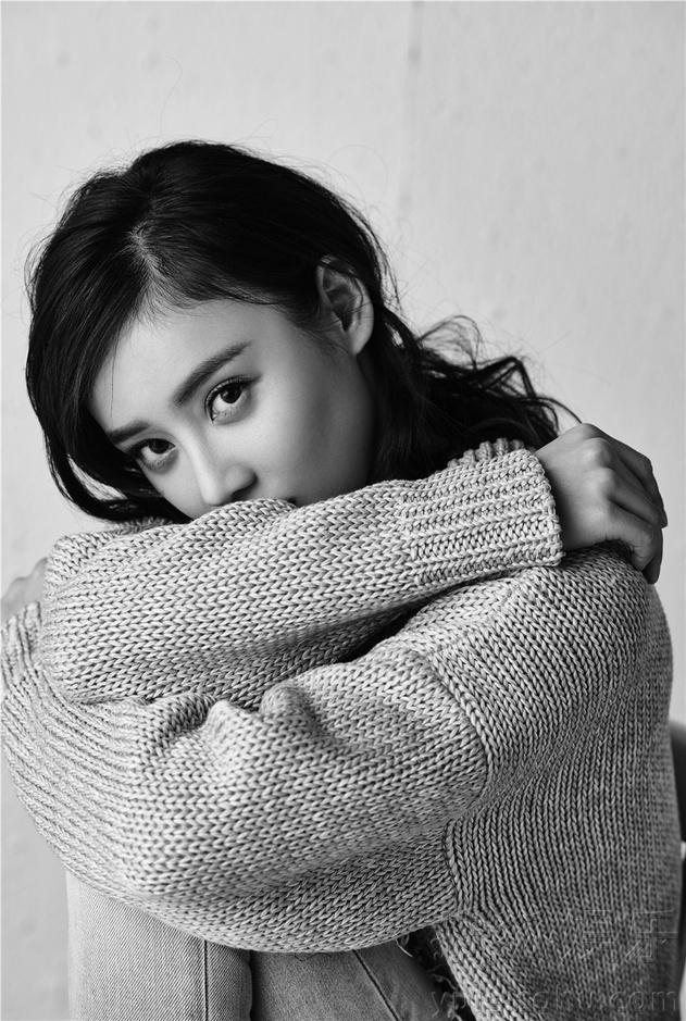 袁姗姗倔强发声 素雅写真展露自信笑容