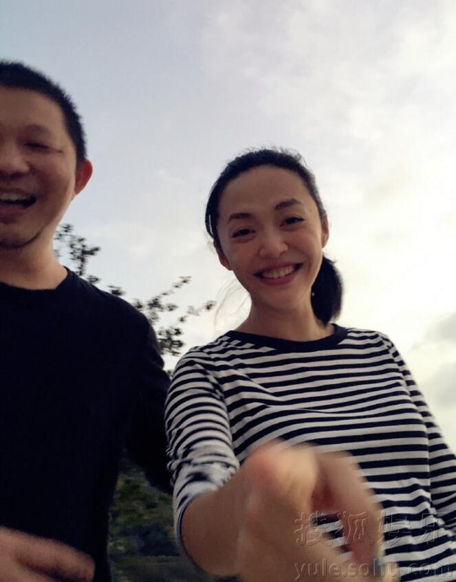沙滩漫步甜蜜搂抱!姚晨与老公三亚度假秀恩爱