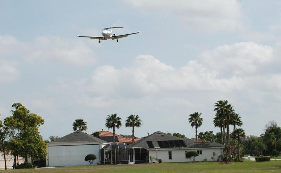在美国佛罗里达州一片风景优美、安静隐秘的别墅住宅区内,坐落着风格各异的房屋,而每一栋房屋门前都停放着1架或1架以上的飞机。房屋门前的大道整齐宽阔,并直通毗邻小区的一条修葺完整的飞机跑道,跑道上不时地会有飞机起飞或降落。而这些飞机几乎都是这片别墅小区业主们的私人座驾,业主们每天就是这样从自家门前驶出飞机,在这条跑道起飞后飞往其目的地,返程后亦在这里降落,返回自己的家。   这里就是美国最著名的航空小镇Spruce Creek的日常生活场景。Spruce Creek是美国规模最大的、最典型的航空小镇(airp