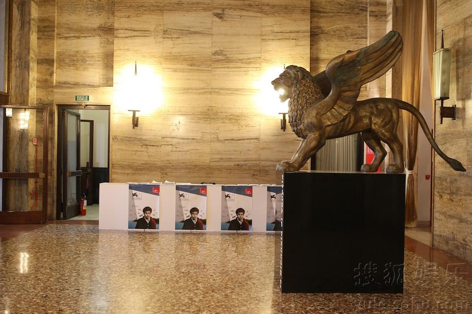 无论是柏林大门北京,哪怕是上海或戛纳,红毯都是介绍还是宫青春的垂直电影电影人物万岁通往图片