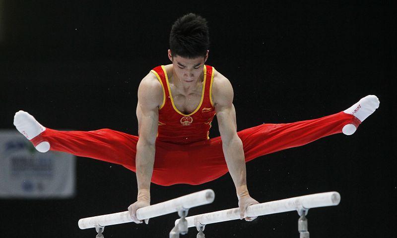 北京时间10月1日,第四十四届体操世锦赛在比利时安特卫普揭开战幕。在今天结束的男子预赛前三组的角逐中,两位中国新秀表现颇为抢眼,林超攀以89.43分暂列全能第三,周施雄以88.898分暂列第四,构成奖牌双保险的同时,也一扫中国队08年以后长期全能无一线选手的尴尬。图为比赛精彩画面。