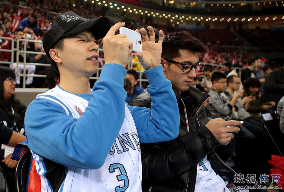 Zhang Jike and Ma Long Watch Basketball