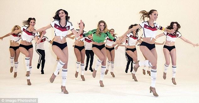 组图:美女性感热舞助威德国