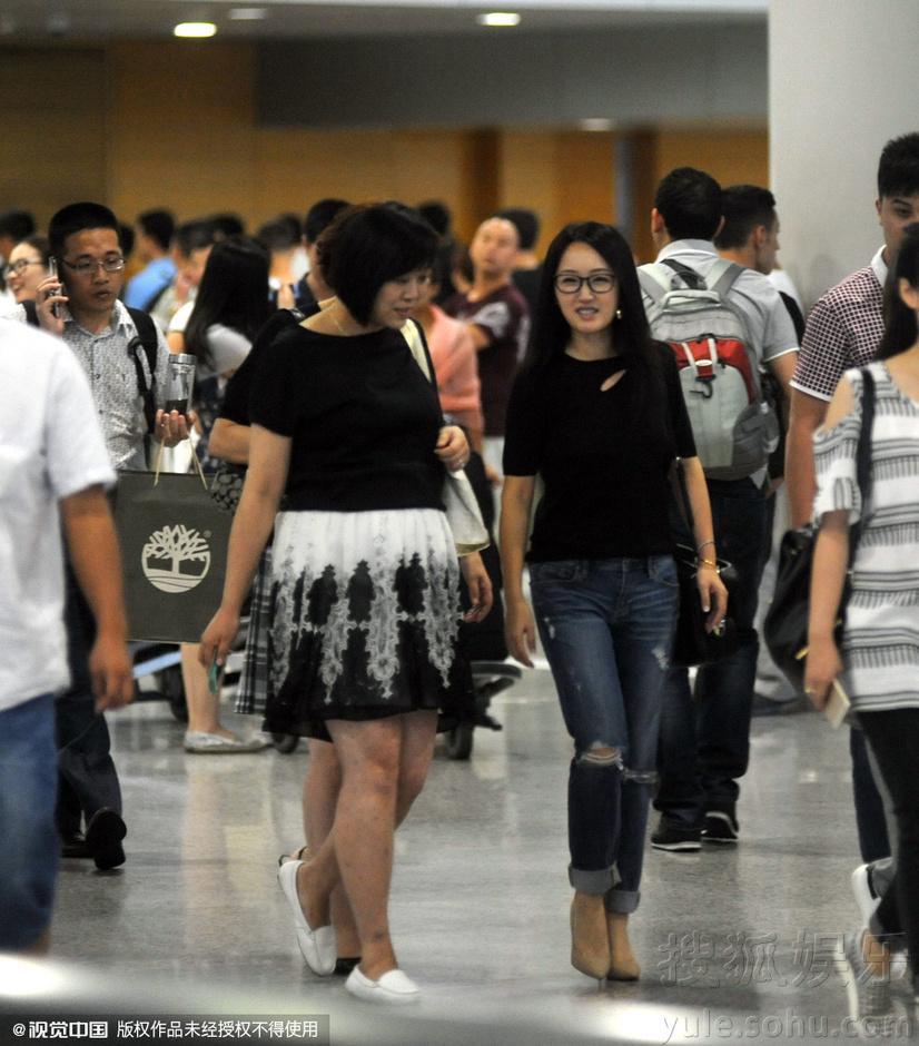 当天黑色上衣配牛仔裤的杨钰莹一走出机场便见到相熟