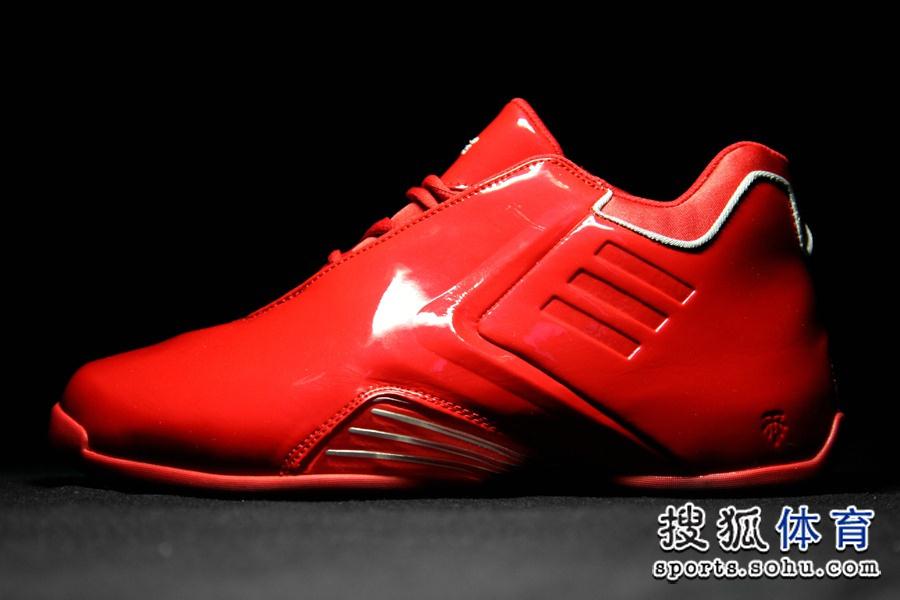 十年前的2004年洛杉矶全明星赛上,麦蒂穿着红蓝鸳鸯配色的T-mac 3球鞋惊艳全场,比赛中上演的打板自抛自扣更是让人们印象深刻。十年之后T-mac 3以红蓝鸳鸯配色打响复刻的头炮,令众多鞋迷趋之若鹜。(搜狐体育 祖德/摄)