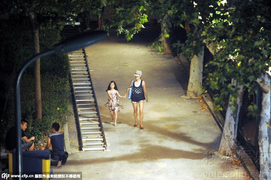 马伊琍深夜携女儿探班文章 手牵手散步回家