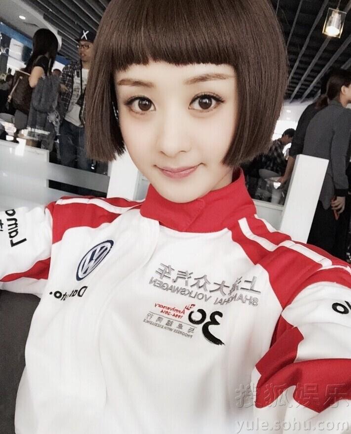 赵丽颖穿赛车服自拍 短发墨镜酷炫
