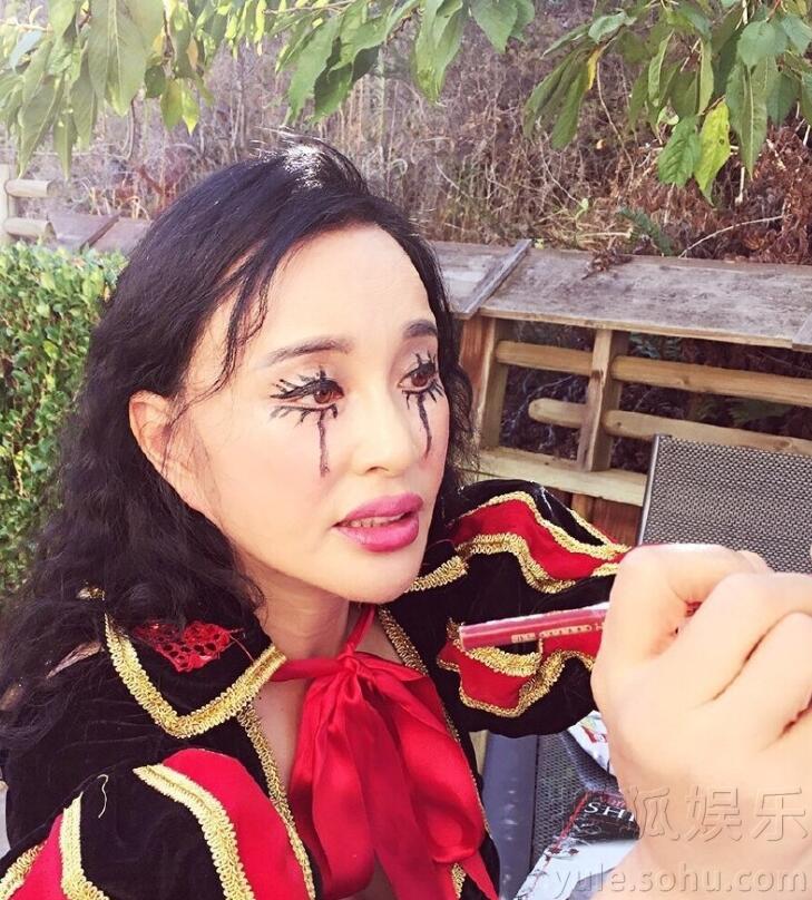 刘晓庆万圣节扮吸血鬼 网友惊呼太拼(高清组图)