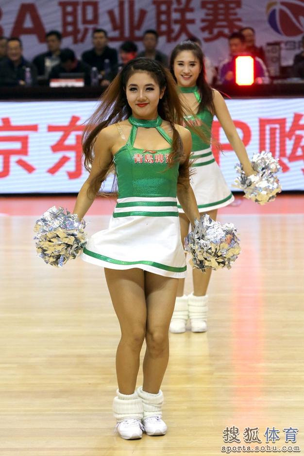 组图:山东篮球宝贝热舞助阵 性感美女身材修长