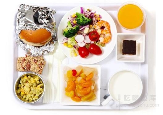 D 北京智利圣地亚哥 32小时 经济舱   智利航空公司   飞盘构成分析:   主食:鸡肉汉堡一个   配菜:鲜虾蔬菜沙拉一份、蛋黄酱豌豆一份   水果:杂果一份   零食:坚果糖果条两块   饮品:果汁一杯、牛奶一杯   总热量:760卡   营养合理度:*****   总体评述:营养配比上看,这一套飞盘很合理。蔬菜非常多,水果也不少,让你吃得满足又清爽。纤维素够多,做长途飞机也不必担心会便秘了。   模拟试吃感受:量比较大,鸡肉汉堡吃下去,就不太想吃配菜了。果汁和牛奶没有喝完,糖果也没有吃完,