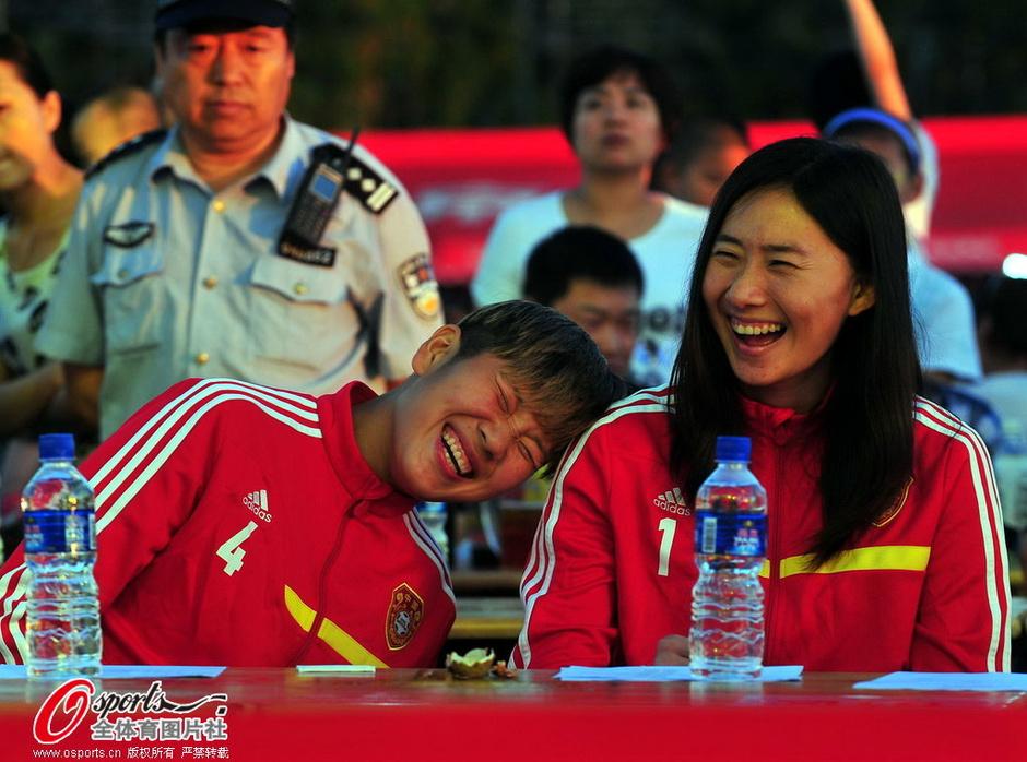 高清:女足亚洲杯庆功 最美门神飙歌露甜美笑容