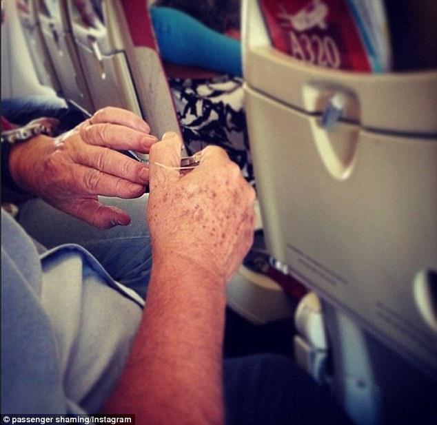 外国空姐都能遇到什么样的乘客 和上面比,飞机上剪指甲