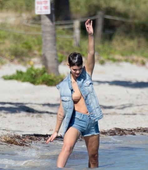 【转载】 女星海边拍写真 衣襟大开豪放露乳