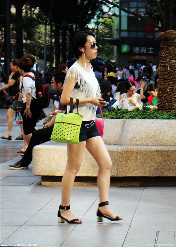 重庆美女们穿着各式各样的夏装从观音