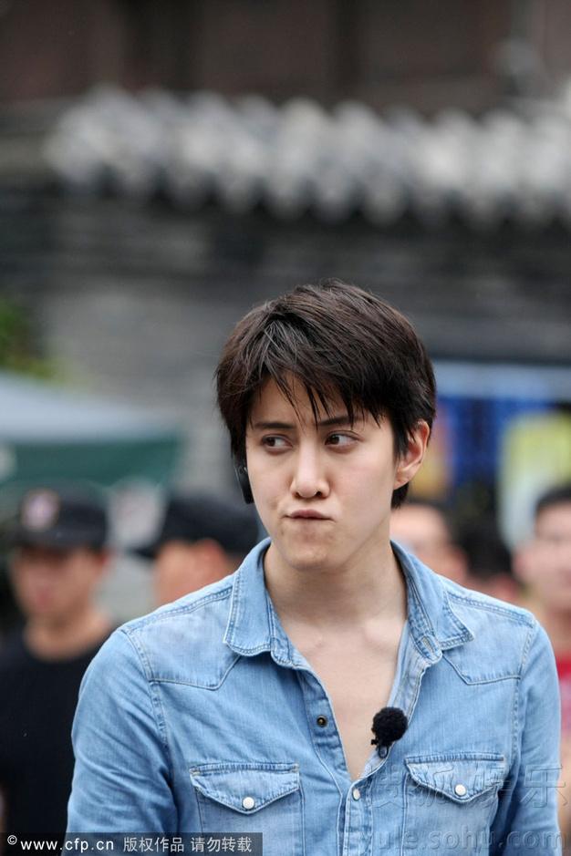 安宰贤拍节目吃冰激凌偷瞄镜头 与泰星mike斗帅