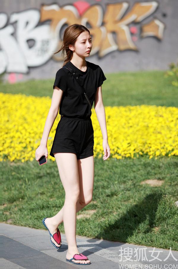 街拍北京三里屯:性感超短裤