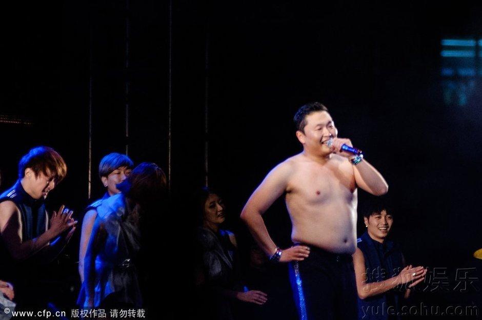 鸟叔PSY首尔演唱会跳骑马舞 曾被公司要求整容(组图)