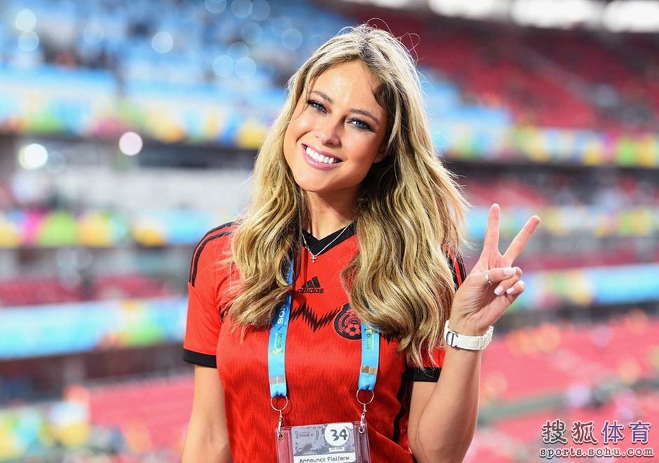 世界杯最美女记助威沙尔克 穿帝王蓝同样美图
