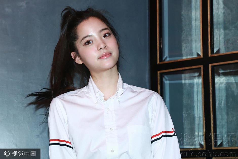 欧阳娜娜妆容成熟发型凌乱 学院风短裙秀长腿图片
