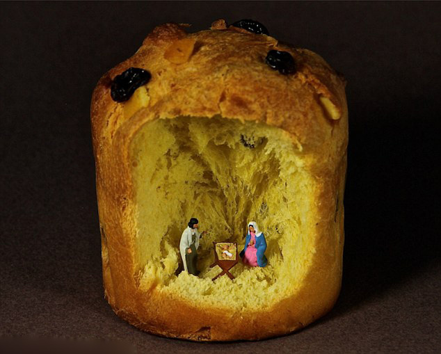 对于一个人的灵魂来说,艺术是其精神食粮。但是两位来自意大利乌迪内的艺术家安东尼奥•马格里奥切蒂(Antonio Magliocchetti)与斯特凡诺•安道瑞(Stefano Adorinni)的作品不但充满艺术气息,而且还可以食用。   英国《每日邮报》报道,安东尼奥与斯特凡诺的工作室就在自家客厅的地毯上,用厨房里常见的用具与食物,加上商店里买的小人模型制作出了数百个场景:飞船降落在用帕尔马干酪制成的月球上;几个人在撒满糖衣的蛋糕上滑雪;一个用薄饼做的办公室;一个用松饼做的婴儿床