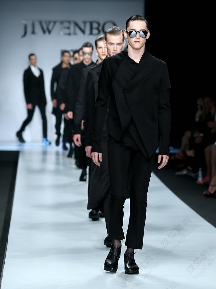 意大利时间2013年6月23日,中国服装设计师最高荣誉金顶奖获得者计文波携其作品,再一次出现在米兰男装周的秀场。与以往不一样的是,今年的计文波舍得2014春夏高级成衣发布会服装设计理念源自中国传统酒文化舍得,时尚设计、白酒文化、舍得智慧,在一个全新的角度与层次,为今年的米兰男装周带来一股新风尚。
