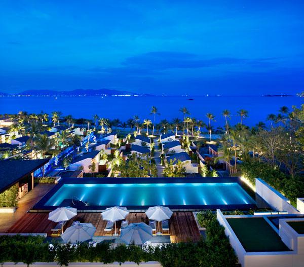 苏梅岛 W 度假酒店位于泰国享誉盛名的苏梅岛北海岸山峰之上,是此处唯一一家全别墅海滨度假酒店,可欣赏到泰国湾日出和日落的壮观全景。酒店拥有 75 间私人别墅,均配备私人泳池、躺椅、室外淋浴间、雅马哈音响系统、46 英寸等离子电视、红酒冰箱及 W 酒店特色睡床。 酒店的建筑由 MAPS 设计工作室打造,而其内部装饰则是由泰国本土设计公司 P49 Deesign 呈现。酒店的构筑灵感源自苏梅岛本身,俨然成为了岛中之岛,将会点亮夜晚,带来精彩纷呈的旅行体验。