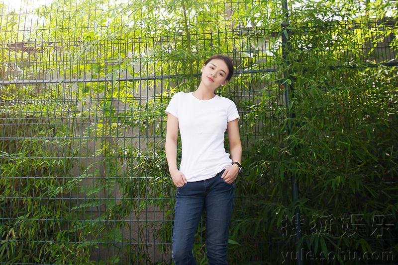 马思纯素颜出镜,白色t恤加牛仔裤简约大方