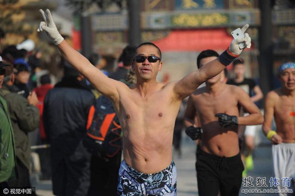 """太原/组图:太原市民组团上街""""裸奔""""呼吁治理雾霾(1/9)"""