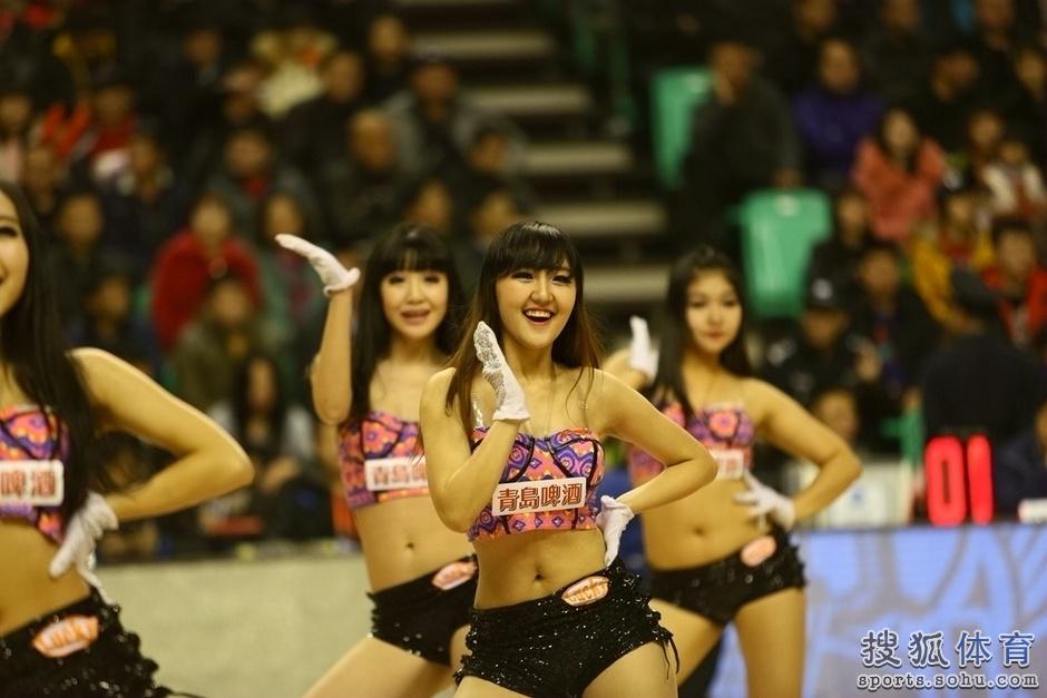 组图:辽宁篮球宝贝性感热舞 活泼可爱身材亮眼