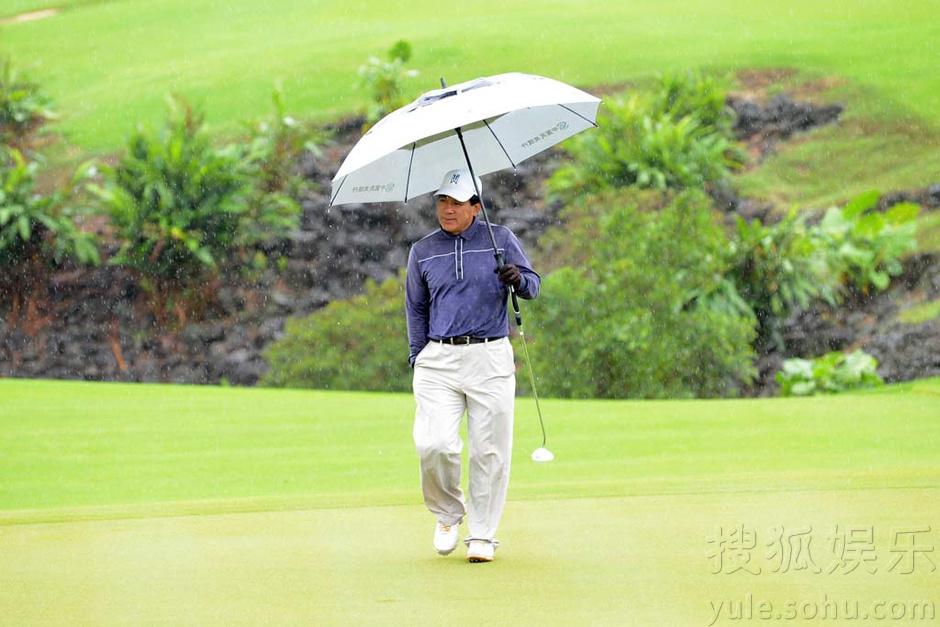 天公不作美 高尔夫明星赛众星冒雨开战