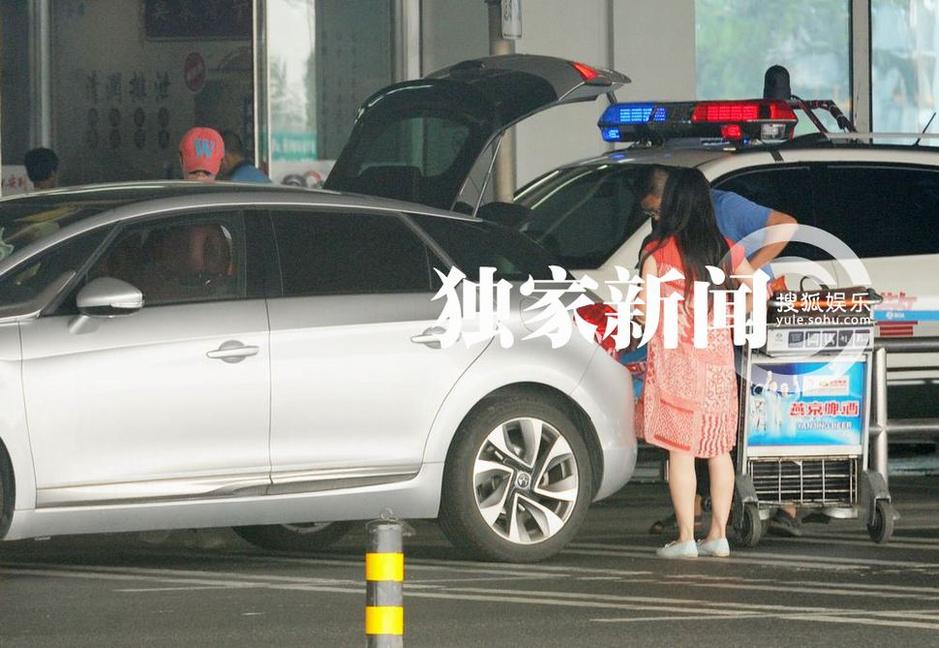 日前,搜狐视频在首都机场守候到曾毅从外地回京,他黑超遮面,穿着