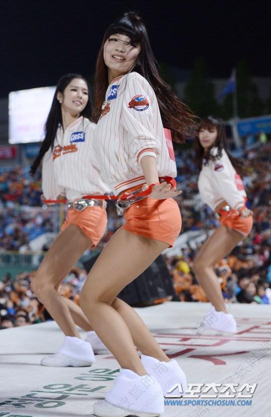 韩国职棒拉拉队 长腿美女超短裤