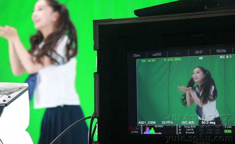 Angelababy推出真人表情包 穿制服扎双马尾可爱