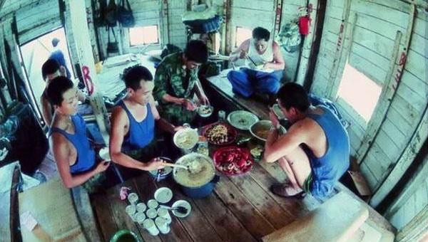 解放军在南沙岛礁曾这样生活:住高脚楼 喝米粥
