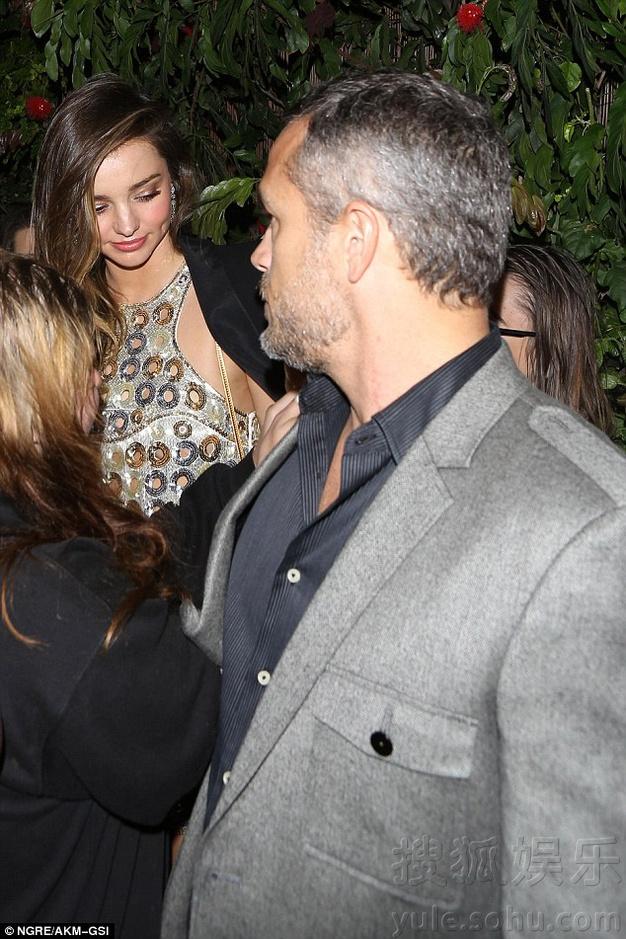 这是谁?米兰达被英俊男子护送出格莱美派对