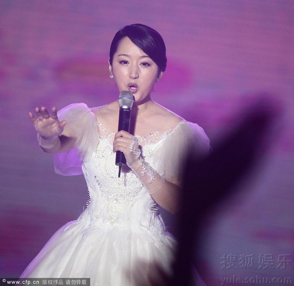 杨钰莹举行演唱会 着白裙抱花大秀清纯6409473-娱乐 ...