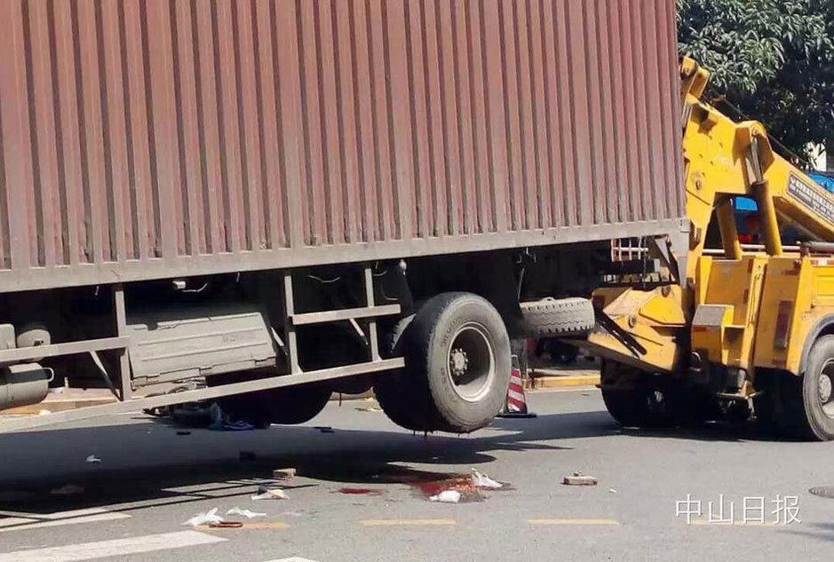 大货车倒车碾压电动车 丈夫晕倒在老伴的遗体旁