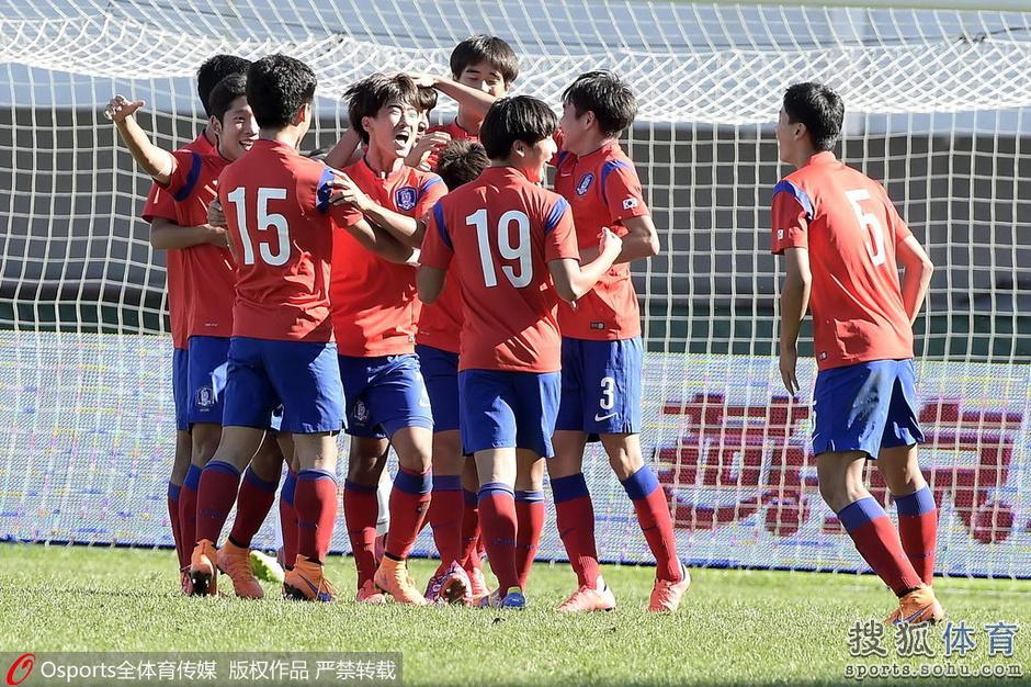 高清图:U16国足0-4韩国 众将叉腰表情略显无奈