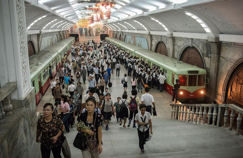 图为朝鲜平壤地铁一景.高清图片