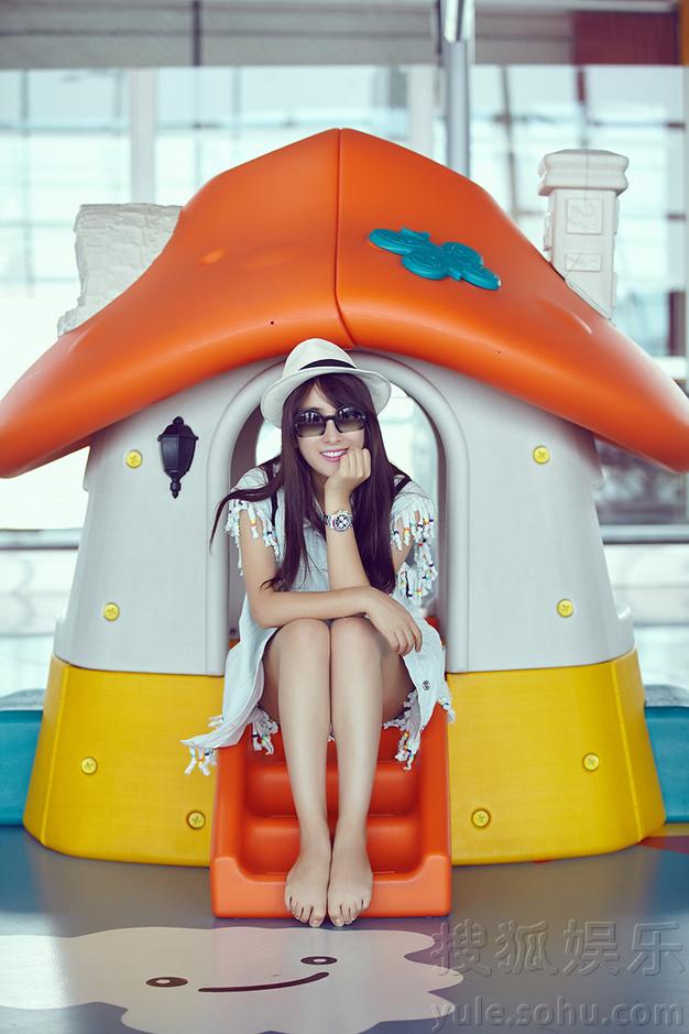 马苏时尚机场街拍 演绎夏日清凉潮搭