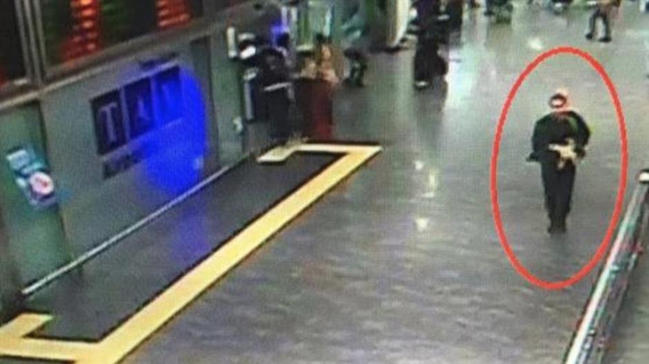 从画面中可见,其中一名疑犯在当地夏季之时,却身穿黑色长袖羽绒,手按着腹部位置,估计是藏起身上的炸弹装置;另一张闭路电视截图,则拍摄到另一疑犯已步入大堂内,身穿黑色长衫长裤,腰间缠着的白布。有外媒称,目前尚无组织宣称负责,但此次恐袭与IS发动的布鲁塞尔连环恐袭有诸多相似之处,袭击者体现出一定程度的协同能力。而且,引爆炸弹自杀的袭击者身着全黑色服饰。