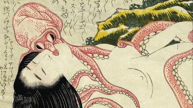 章鱼弯弯曲曲的触手的滑过女人那无暇的身体