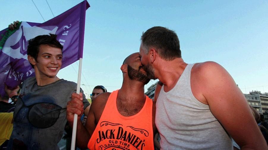 希腊,美国同性恋大游行 男男拥吻